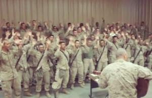 """Soldados-norteamericanos-alaban-a-Dios-en-instalaciones-militares,-cantan-""""Señor-tu-nombre-exaltaré""""."""